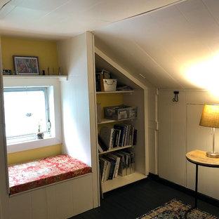 フィラデルフィアの中くらいのコンテンポラリースタイルのおしゃれなアトリエ・スタジオ (白い壁、塗装フローリング、自立型机、青い床) の写真