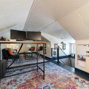 フィラデルフィアの中サイズのコンテンポラリースタイルのおしゃれなアトリエ・スタジオ (白い壁、塗装フローリング、自立型机、青い床) の写真