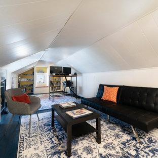 Idee per un atelier contemporaneo di medie dimensioni con pareti bianche, pavimento in legno verniciato, scrivania autoportante e pavimento blu