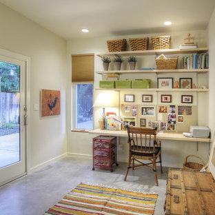 サクラメントの中サイズのコンテンポラリースタイルのおしゃれなクラフトルーム (コンクリートの床、白い壁、暖炉なし、造り付け机、グレーの床) の写真