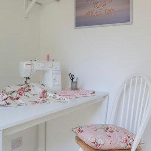 Idee per una piccola stanza da lavoro country con pareti bianche, moquette, nessun camino e scrivania autoportante