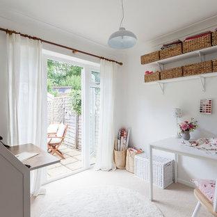 ロンドンの小さいカントリー風おしゃれなクラフトルーム (白い壁、カーペット敷き、暖炉なし、自立型机) の写真