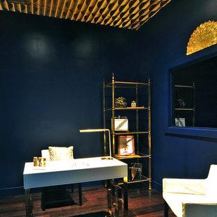 マイアミの小さいエクレクティックスタイルのおしゃれな書斎 (青い壁、竹フローリング、自立型机、茶色い床) の写真