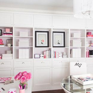 Inspiration för stora moderna hobbyrum, med lila väggar och mörkt trägolv