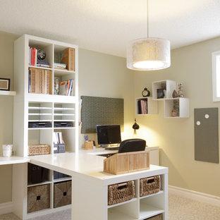 カルガリーのトラディショナルスタイルのおしゃれなホームオフィス・書斎 (造り付け机) の写真