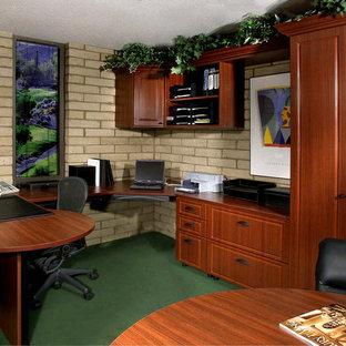 Mittelgroßes Klassisches Arbeitszimmer mit Arbeitsplatz, beiger Wandfarbe, Teppichboden, Einbau-Schreibtisch und grünem Boden