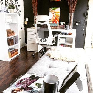 バンクーバーの小さいシャビーシック調のおしゃれな書斎 (黒い壁、ラミネートの床、自立型机、茶色い床) の写真