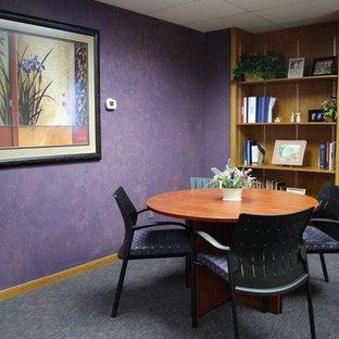 他の地域の中くらいのトラディショナルスタイルのおしゃれなホームオフィス・書斎 (紫の壁、カーペット敷き、自立型机、マルチカラーの床) の写真