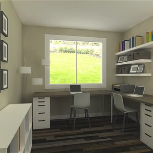 Cette photo montre un petit bureau tendance avec sol en stratifié, un bureau indépendant et un sol marron.