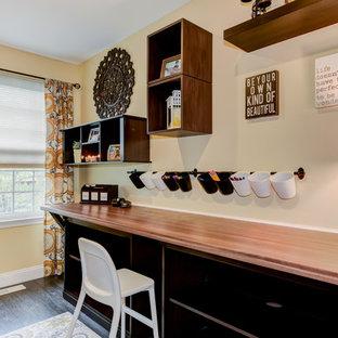 フィラデルフィアの小さいトランジショナルスタイルのおしゃれなホームオフィス・仕事部屋 (黄色い壁、濃色無垢フローリング、暖炉なし、自立型机) の写真