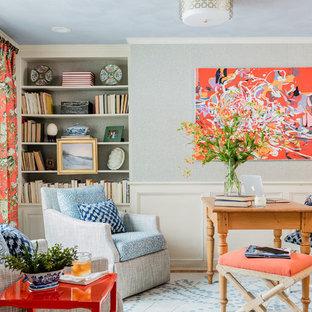 Immagine di un piccolo ufficio tradizionale con parquet chiaro, nessun camino, scrivania autoportante, pavimento marrone e pareti grigie