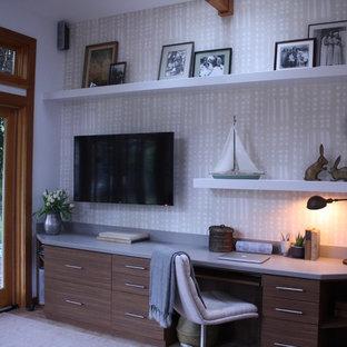Immagine di un atelier american style di medie dimensioni con pareti beige, pavimento in terracotta e scrivania incassata