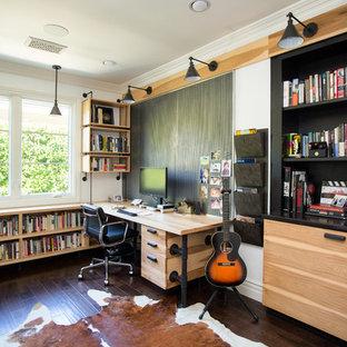 Cette image montre un bureau design de type studio avec un mur blanc, un sol en bois foncé, un bureau intégré et un sol marron.