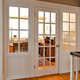 Idéer för att renovera ett litet vintage hemmabibliotek, med ljust trägolv, ett fristående skrivbord och beige väggar
