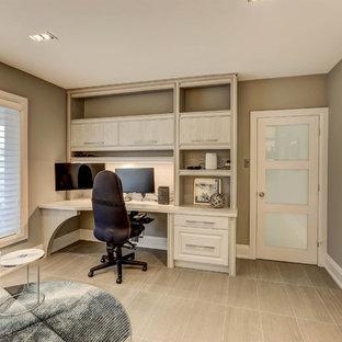 トロントの大きいコンテンポラリースタイルのおしゃれな書斎 (ベージュの壁、ラミネートの床、暖炉なし、造り付け机、ベージュの床) の写真