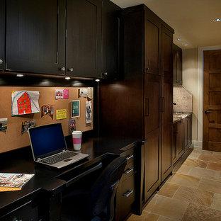 フェニックスの中サイズのトラディショナルスタイルのおしゃれな書斎 (造り付け机、ベージュの壁、トラバーチンの床、暖炉なし) の写真