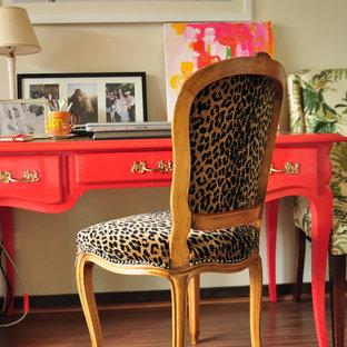 ワシントンD.C.の大きいエクレクティックスタイルのおしゃれなホームオフィス・書斎 (ベージュの壁、暖炉なし、自立型机) の写真
