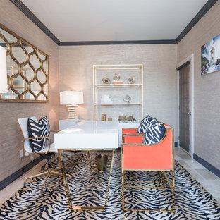 Cette photo montre un bureau éclectique de taille moyenne et de type studio avec un mur beige, un sol en carrelage de porcelaine, aucune cheminée, un bureau indépendant et un sol gris.