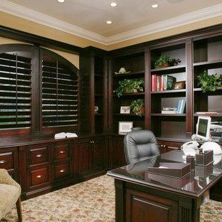 Immagine di un grande ufficio chic con pareti gialle, moquette, nessun camino e scrivania incassata