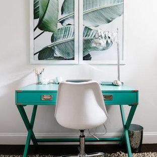 ボストンの小さいエクレクティックスタイルのおしゃれなホームオフィス・仕事部屋 (白い壁、ラミネートの床、自立型机、グレーの床) の写真