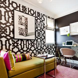 Неиссякаемый источник вдохновения для домашнего уюта: кабинет в современном стиле с темным паркетным полом, отдельно стоящим рабочим столом, разноцветными стенами и розовым полом