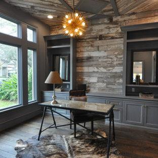 Пример оригинального дизайна: рабочее место среднего размера в стиле рустика с серыми стенами, темным паркетным полом, отдельно стоящим рабочим столом и коричневым полом без камина