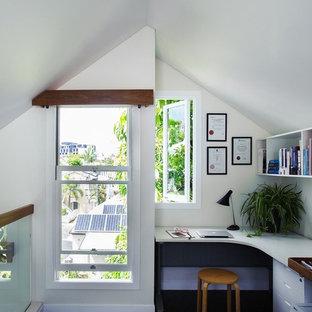 Foto di un piccolo ufficio minimal con pareti bianche, pavimento in linoleum, scrivania autoportante e pavimento nero