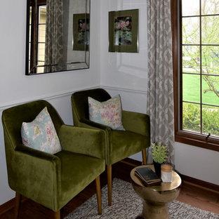 Cette image montre un bureau minimaliste de taille moyenne avec un mur blanc, un sol en bois brun, un bureau indépendant, un sol marron, un plafond décaissé et boiseries.