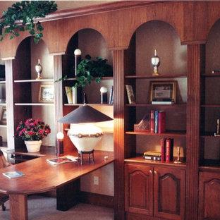 タンパの大きいトランジショナルスタイルのおしゃれなホームオフィス・仕事部屋 (ライブラリー、ベージュの壁、カーペット敷き、造り付け机、ベージュの床) の写真