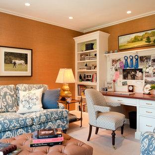 Cette photo montre un bureau tendance avec moquette, un bureau indépendant et un mur orange.