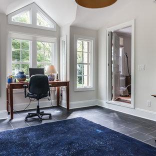 Immagine di un atelier tradizionale di medie dimensioni con pareti grigie, pavimento in ardesia e scrivania autoportante