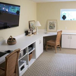 Foto di un grande ufficio design con pareti gialle, moquette, scrivania incassata e pavimento multicolore