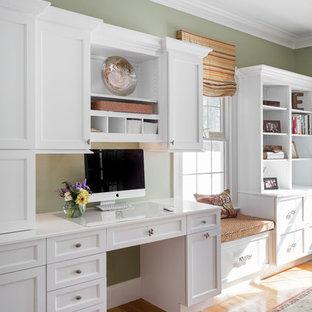 ボストンの中サイズのトラディショナルスタイルのおしゃれなホームオフィス・書斎 (緑の壁、淡色無垢フローリング、造り付け机) の写真