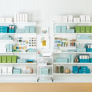 Foto på ett mycket stort funkis hobbyrum, med vita väggar och målat trägolv