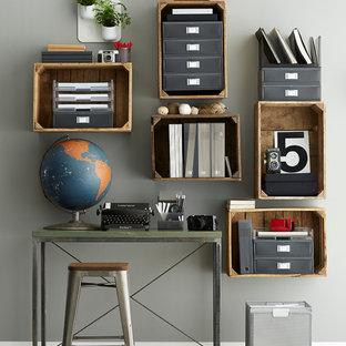 Diseño de despacho ecléctico, de tamaño medio, con suelo de madera pintada y paredes grises