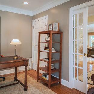 Idée de décoration pour un bureau tradition de taille moyenne avec un mur marron, un sol en bois brun, un bureau indépendant et aucune cheminée.