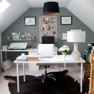 Immagine di un piccolo ufficio tradizionale con pareti grigie, nessun camino e scrivania autoportante