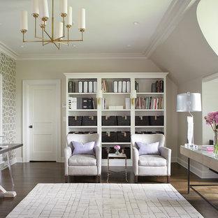 Réalisation d'un grand bureau tradition avec un mur blanc, un sol en bois brun, un bureau indépendant et un sol marron.