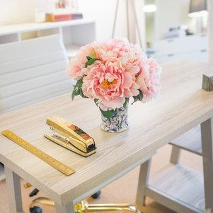 Aménagement d'un petit bureau romantique avec un mur blanc, moquette et un bureau indépendant.