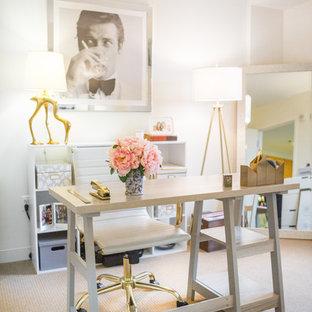 ボストンの小さいシャビーシック調のおしゃれな書斎 (白い壁、カーペット敷き、自立型机) の写真