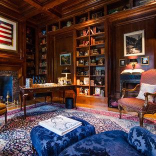 Неиссякаемый источник вдохновения для домашнего уюта: кабинет с паркетным полом среднего тона, стандартным камином, фасадом камина из камня и отдельно стоящим рабочим столом