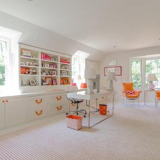 Bild på ett stort arbetsrum, med vita väggar, heltäckningsmatta och ett fristående skrivbord