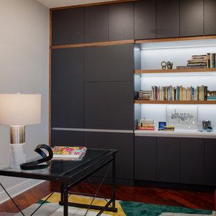 他の地域の広いコンテンポラリースタイルのおしゃれなアトリエ・スタジオ (グレーの壁、濃色無垢フローリング、暖炉なし、自立型机、赤い床) の写真