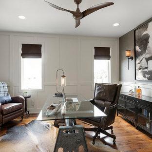 Mittelgroßes Klassisches Arbeitszimmer ohne Kamin mit braunem Holzboden, freistehendem Schreibtisch, braunem Boden, Arbeitsplatz und grauer Wandfarbe in Minneapolis