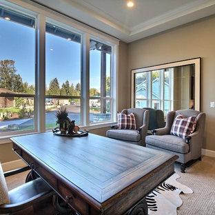 Foto di un ampio ufficio tradizionale con pareti beige, moquette, nessun camino, scrivania autoportante e pavimento beige