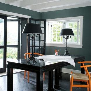 Immagine di uno studio chic con pareti blu, parquet scuro, nessun camino, scrivania autoportante e pavimento nero