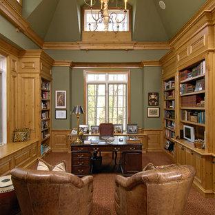 Ispirazione per uno studio tradizionale con pareti verdi, moquette e scrivania autoportante
