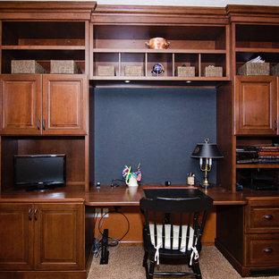 他の地域の小さいトラディショナルスタイルのおしゃれなホームオフィス・書斎 (オレンジの壁、カーペット敷き、造り付け机、ベージュの床) の写真