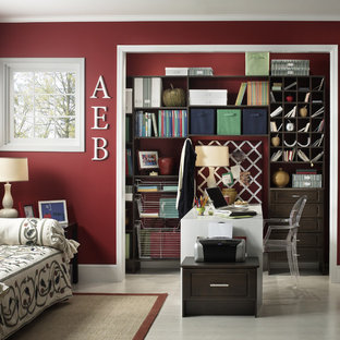 Ispirazione per uno studio classico con pareti rosse e scrivania autoportante
