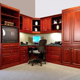 ダラスの中サイズのトラディショナルスタイルのおしゃれな書斎 (ベージュの壁、カーペット敷き、暖炉なし、造り付け机、ベージュの床) の写真